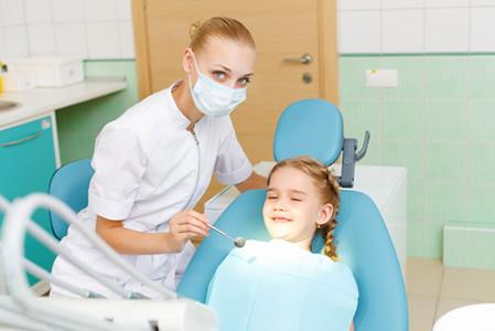Kind mit Agnst vor Zahnarzt