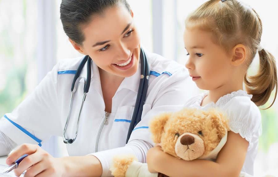 Der Kinderarzt prüft Ihr Kind auf eventuelle Entwicklungsstörungen.