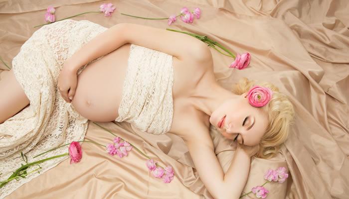Eine schöne schlafende Schwangere