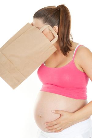 Werdender Mutter mit Schwangerschaftsbeschwerden ist uebel