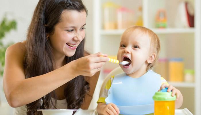 Ab dem vierten Monat können die Eltern anfangen, das Baby mit Beikost zu füttern.