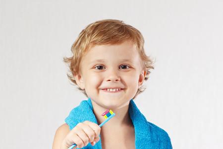 Zahnpasta für Kinder enthält Fluorid