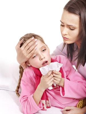 Mutter haelt krankes Kind im Arm