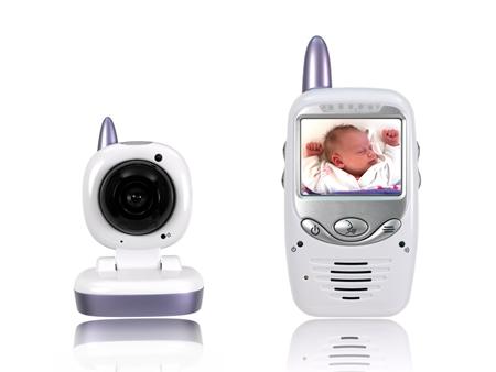 Baby im Videomonitor eines Babyphones