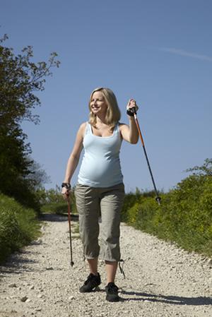 Schwanger Frau beim Wandern in der Natur