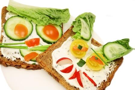 Mit Radieschen, Gurken, Salat und Tomaten belegte Vollkornbrote