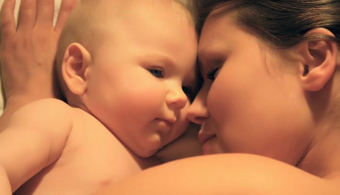 Eine Mutter kuschelt ihren Säugling