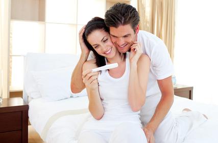 Wir-sind-schwanger-Zukuenftige-Eltern-freuen-sich-ueber-Schwangerschaftstest.