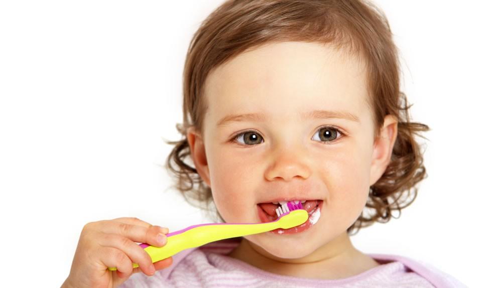 Ein Kleinkind putzt sich die Zähne