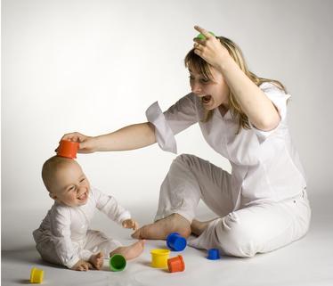 Mutterglueck-Mutter-spielt-mit-ihrem-Baby