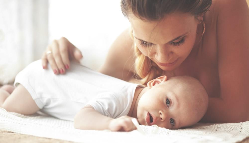 Eine Mutter pflegt den Po ihres Babys