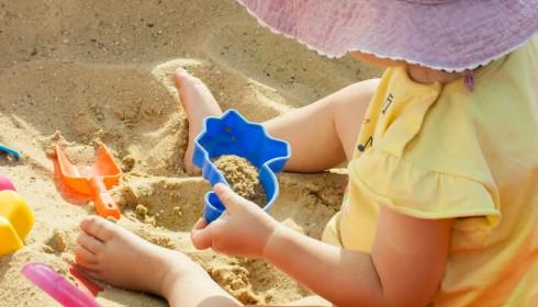 Beim Strandurlaub auf empfindliche Babyhaut achten.
