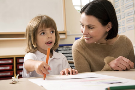 Kind malt mit Mutter im Kindergarten