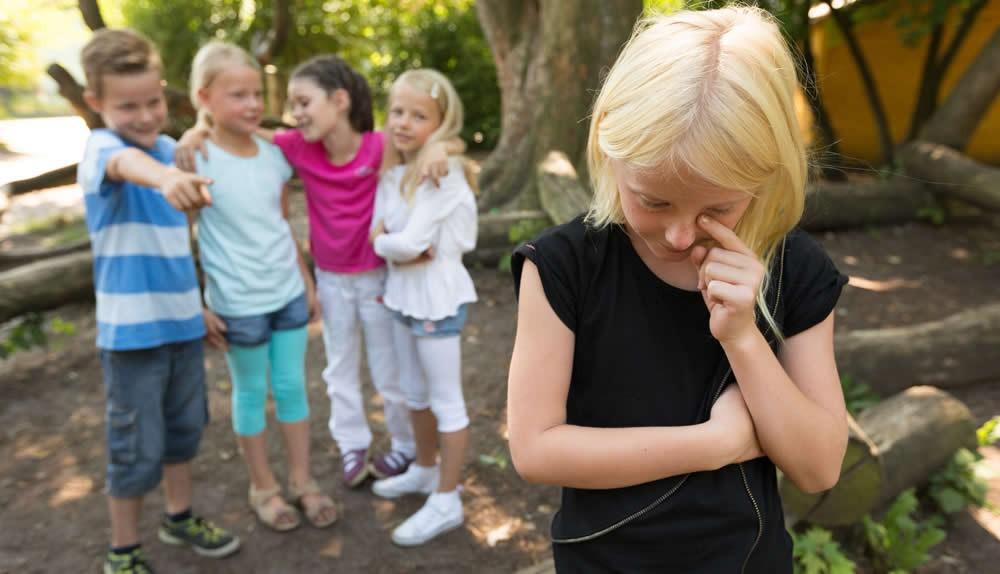 Ein Teufelskreis beginnt, wenn Kinder zu Außenseitern werden.