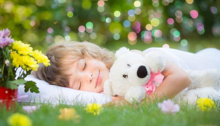 Ein kleines Mädchen hält im Freien Mittagsschlaf