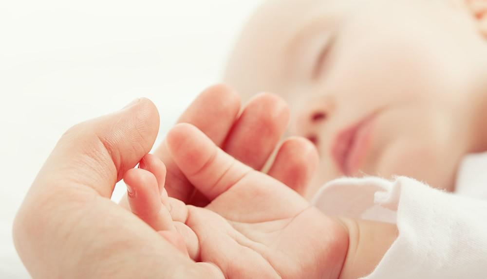 Ein Baby genießt sanfte Pflege