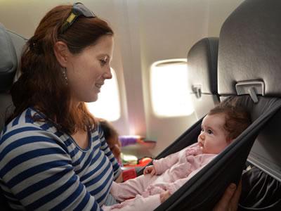 Babys könen ab drei Monaten mit ins Flugzeug.
